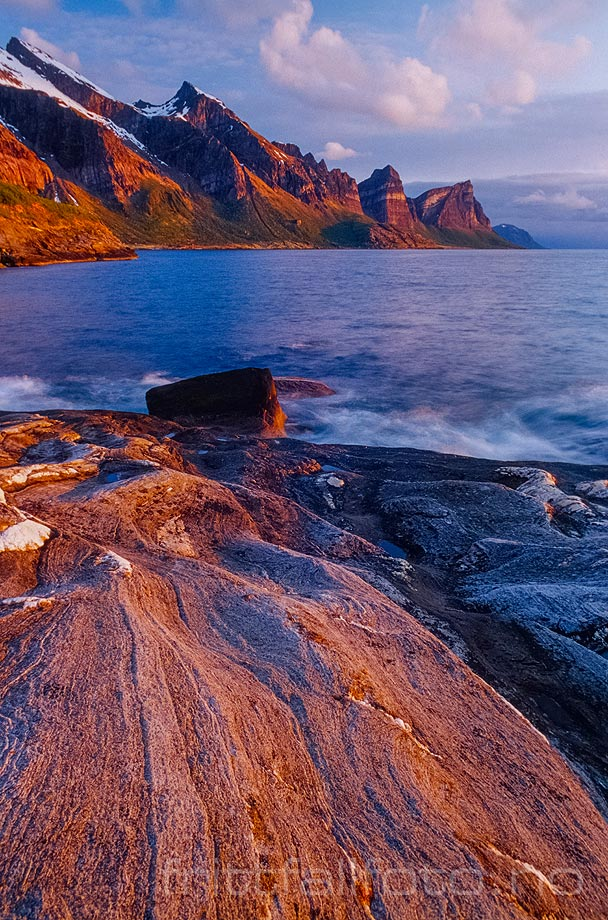 Kveldssola farger fjell og fjære ved Fugløyfjorden, Gildeskål, Nordland.<br>Bildenr 20040515-07-11.
