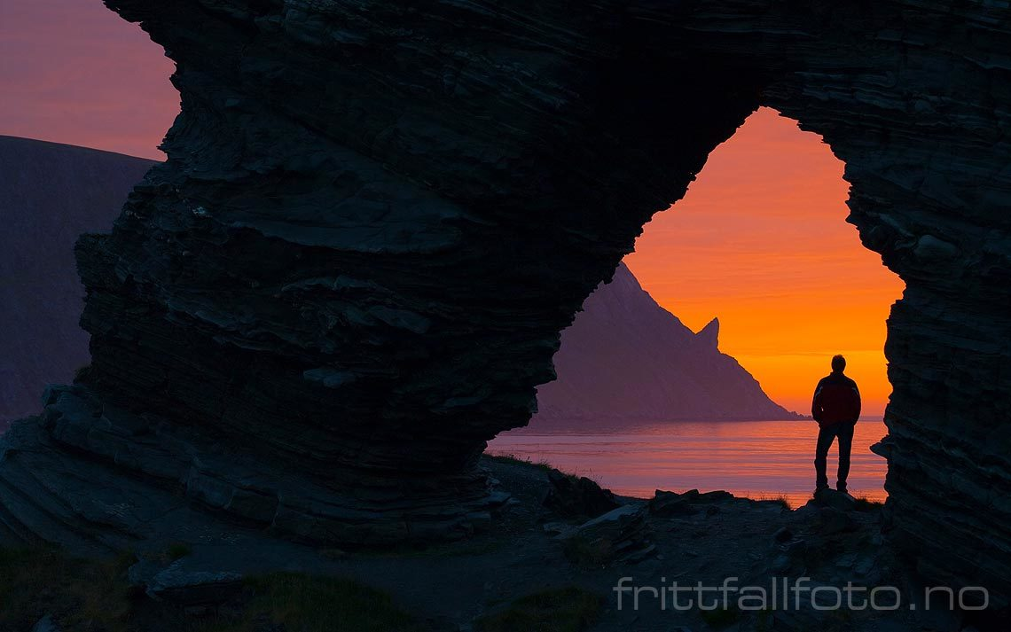 Sommernatt ved Kirkeporten nær Skarsvåg, Nordkapp, Troms og Finnmark.<br>Bildenr 20070807-073.