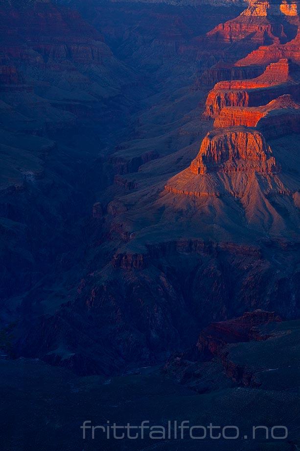 Sumner Butte ved Bright Angel Canyon fanger dagens siste solstråler i  Grand Canyon National Park, Arizona, USA.