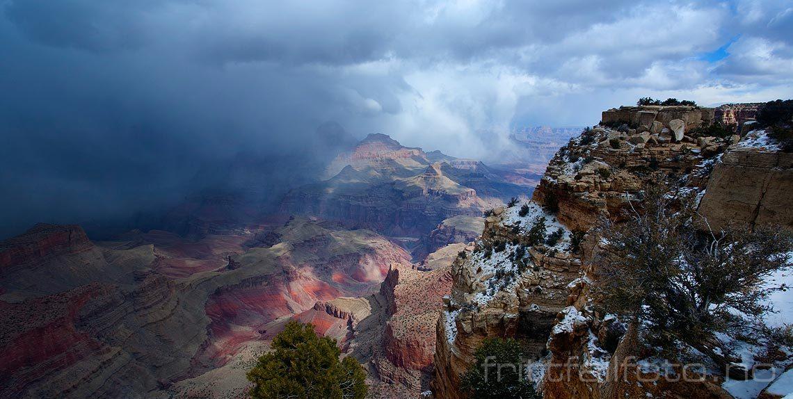 En enorm vegg av snø feier inn over Grand Canyon, Arizona, USA.