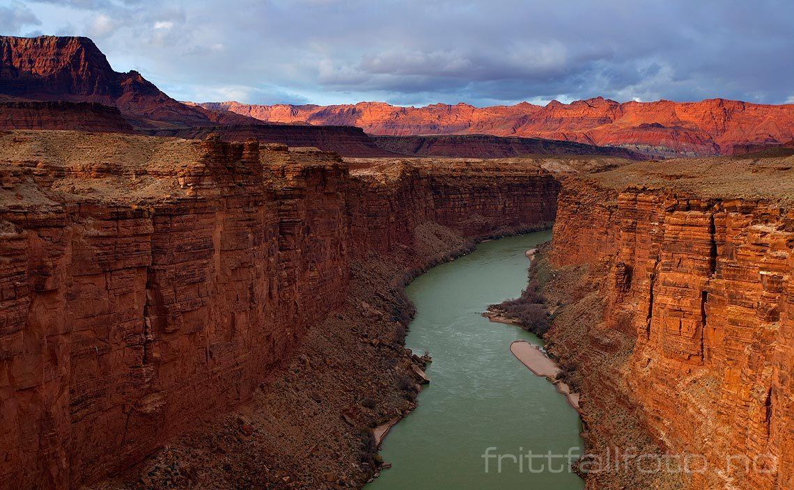Colorado River renner rolig gjennom Marble Canyon ved Navajo Bridge, Arizona, USA.