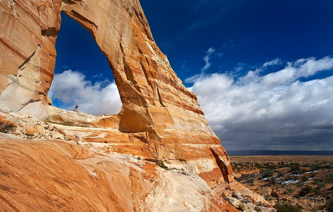 Gigantiske White Mesa Arch ligger langt ute i ørkenlandskapet ved Kaibito, Arizona, USA.<br>Bildenr 20080317-136.
