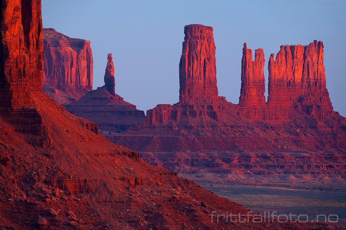 Morgenstemning ved Castle Butte i Monument Valley, Arizona, USA.<br>Bildenr 20080318-011.