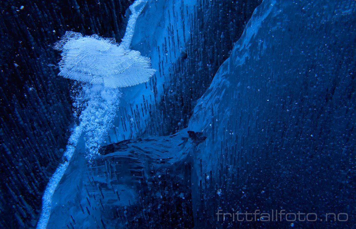 Sprekker i isen på Nisser, Nissedal, Telemark.