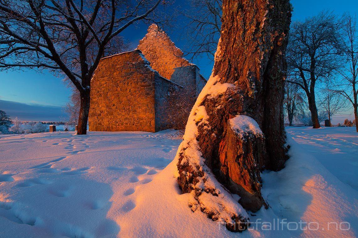 Vintermorgen ved Nes kirkeruin, Nes, Akershus.