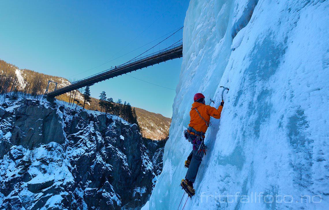 Isklatring ved Vemork nær Rjukan, Telemark.