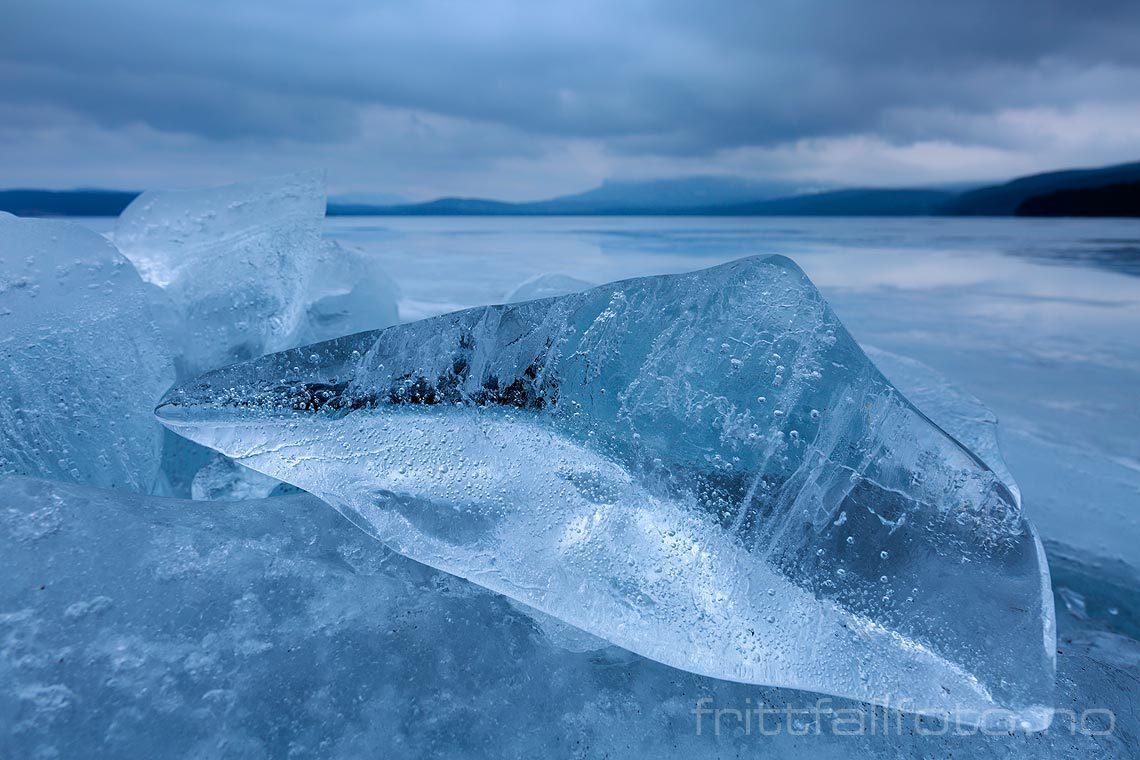Isklumper er skjøvet opp på berget ved Follsjå, Notodden, Telemark.