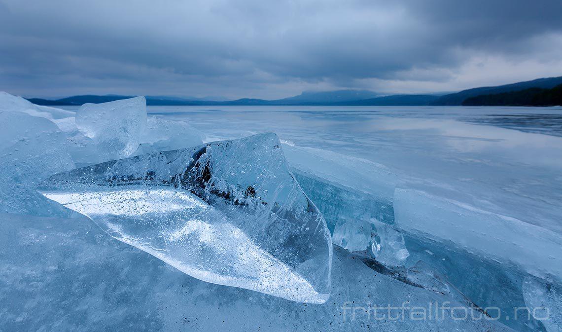 Blank isklump er skjøvet opp på stranda ved Follsjå, Notodden, Vestfold og  Telemark.<br>Bildenr 20150317-214.