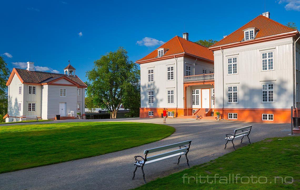 Ved Eidsvollsbygningen på Eidsvoll Verk, Eidsvoll kommune, Akershus.