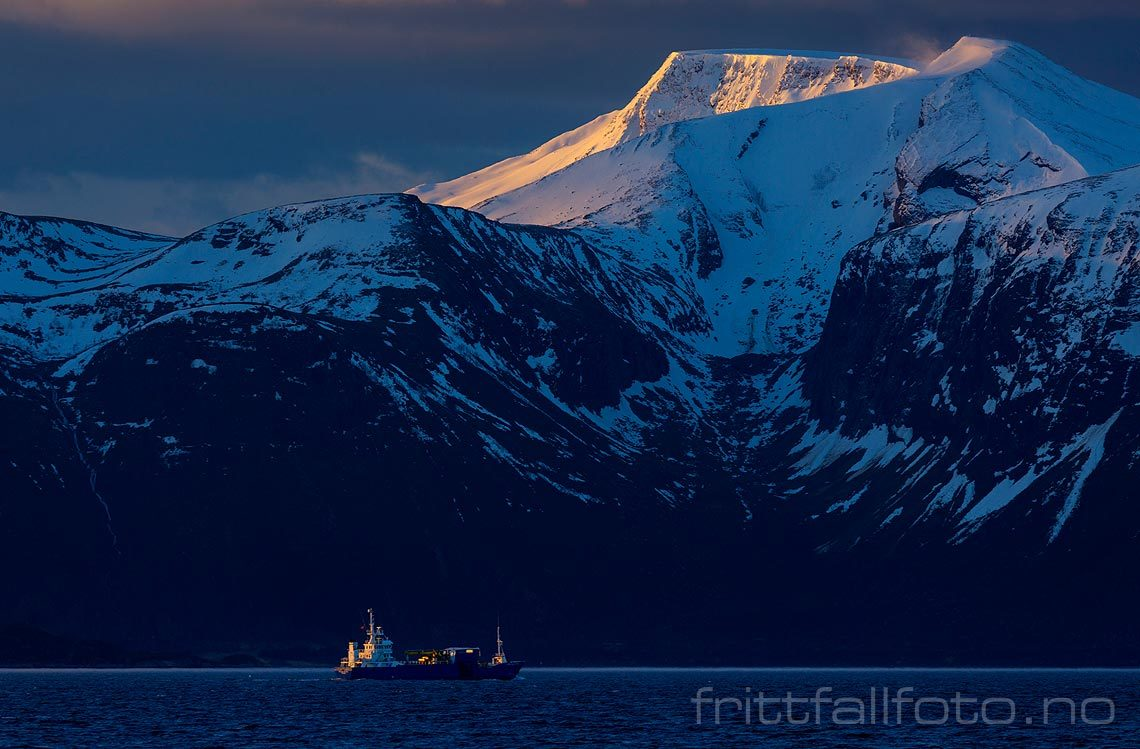 Tidlig morgen på Harøyfjorden, Ålesund, Møre og Romsdal.<br>Bildenr 20160328-016.