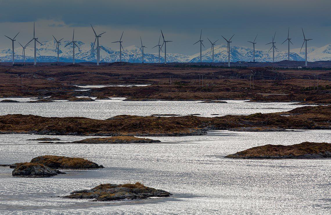 Vindmøllene står tett på Smøla, Møre og Romsdal.<br>Bildenr 20160328-543.