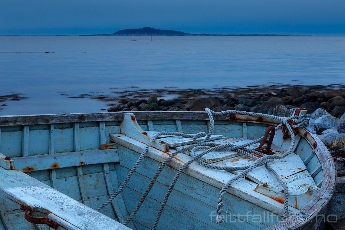 En gammel båt ligger i fjæra på Midøya, Molde, Møre og Romsdal.<br>Bildenr 20160328-683.