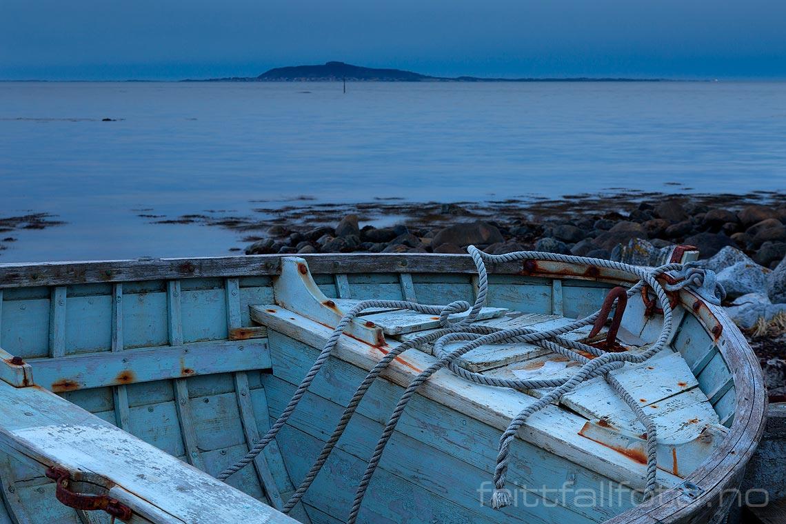 En gammel båt ligger i fjæra på Midøya, Midsund, Møre og Romsdal.