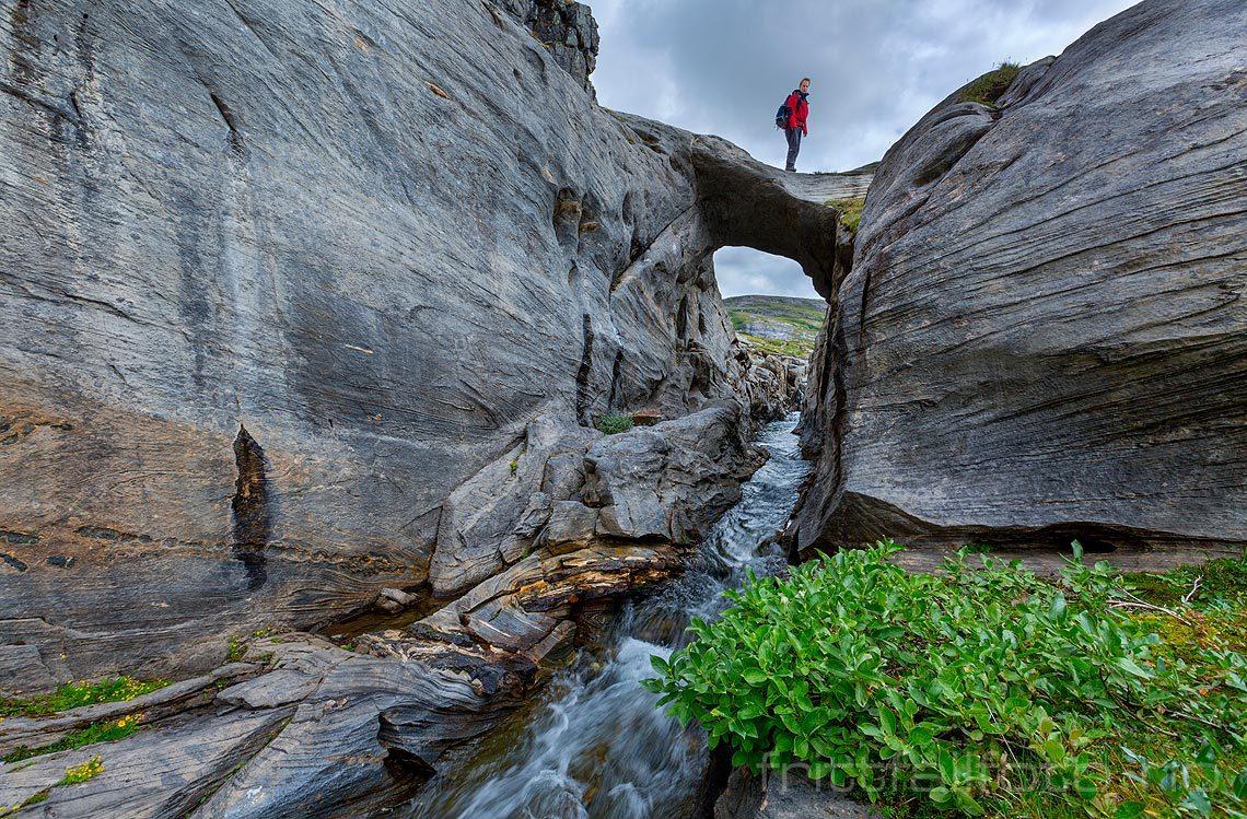 På Corbelbrua over Svalvasselva på Glomfjellet, Gildeskål, Nordland.<br>Bildenr 20160812-266.