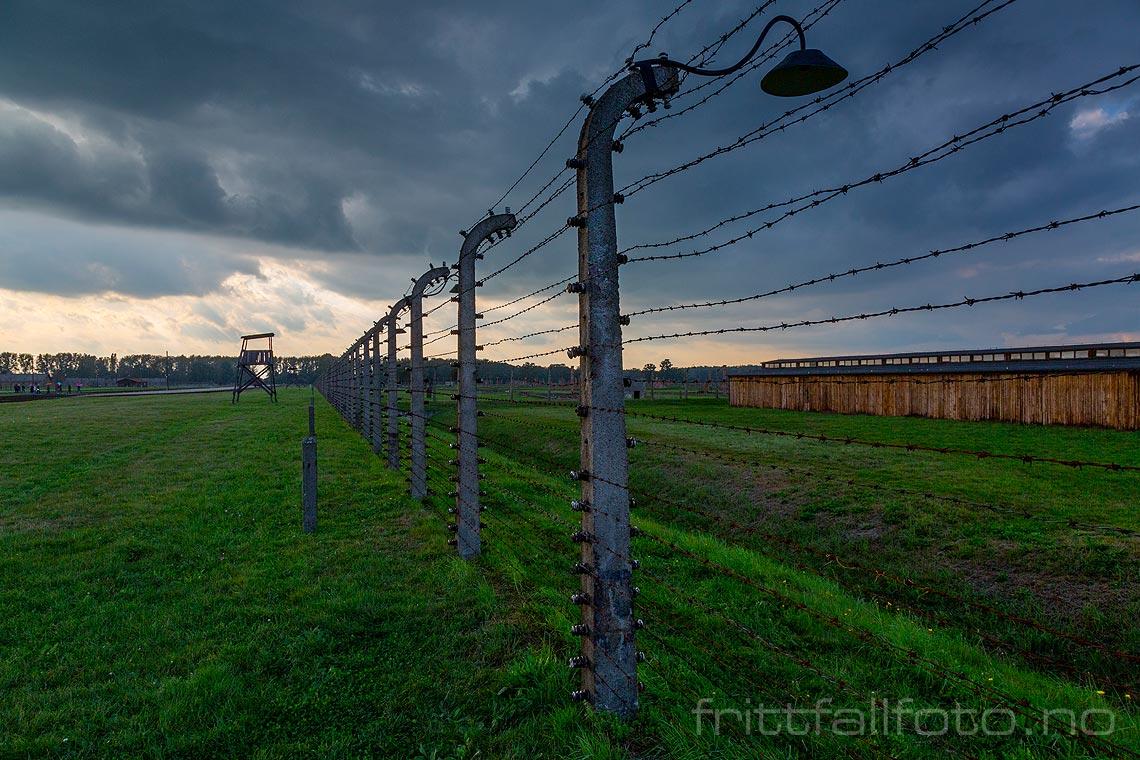 Kilometervis med piggtrådgjerder rammer inn den enorme utryddelsesleiren Auschwitz II - Birkenau ved Oswiecim, Województwo Malopolskie, Polen.