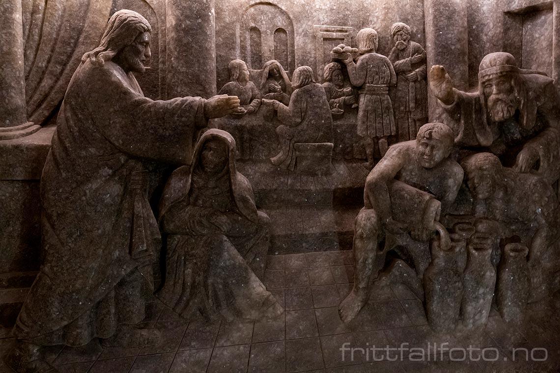 Relieff hogd ut i salt ved det overdådige St. Kinga-kapellet i saltgruven ved Wieliczka, Województwo Malopolskie, Polen.