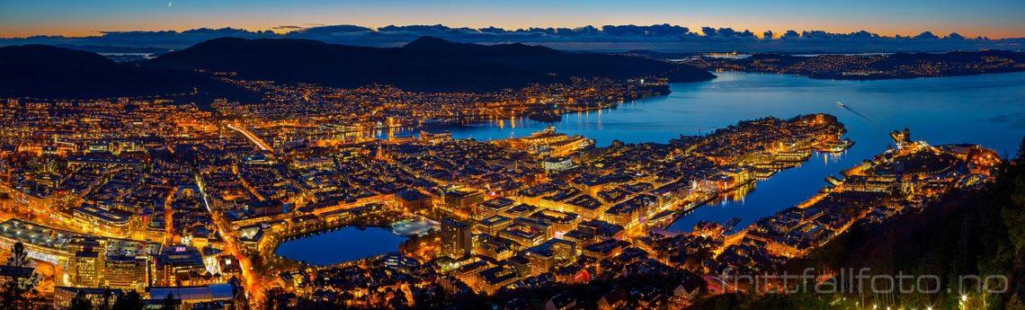 Panoramautsikt fra Fløyen mot Bergen sentrum, Bergen, Vestland.<br>Bildenr 20161102-515-519.