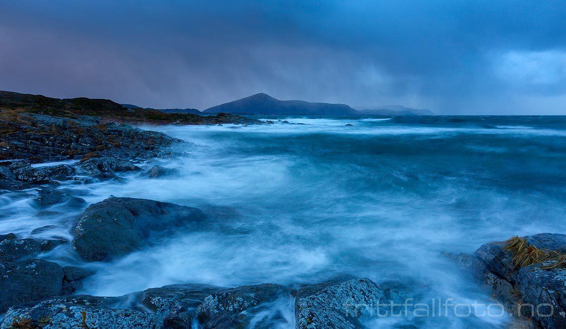 Ekstremværet ''Urd'' sender full storm mot Kvalneset på Harøya, Ålesund, Møre og Romsdal.<br>Bildenr 20161226-029.