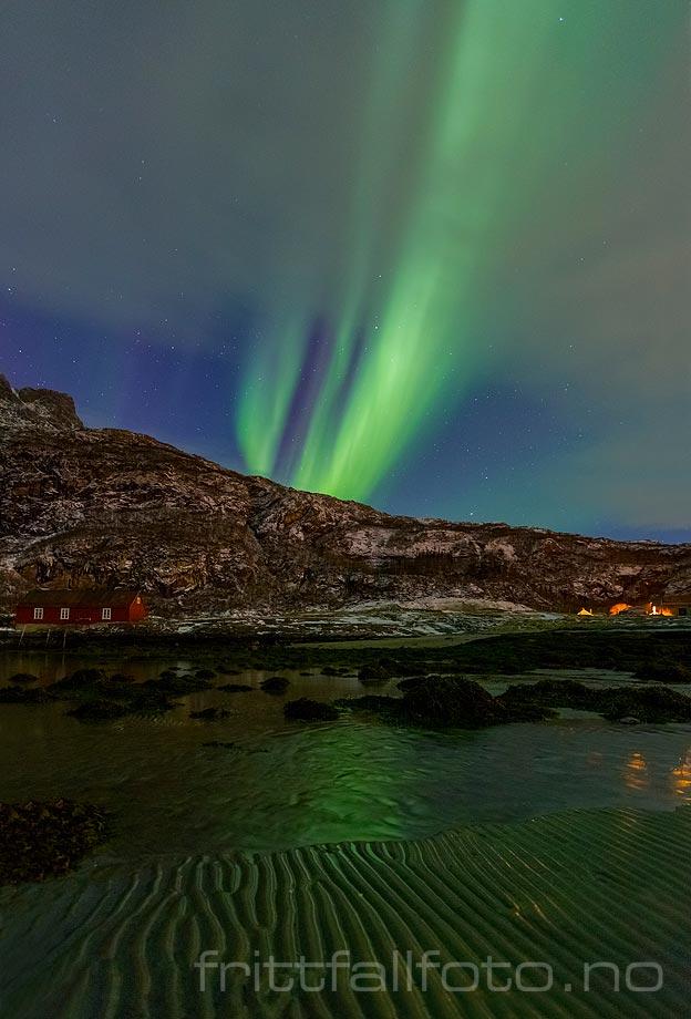 Nordlyset leker på himmelen over Mjelle ved Bodø, Nordland.