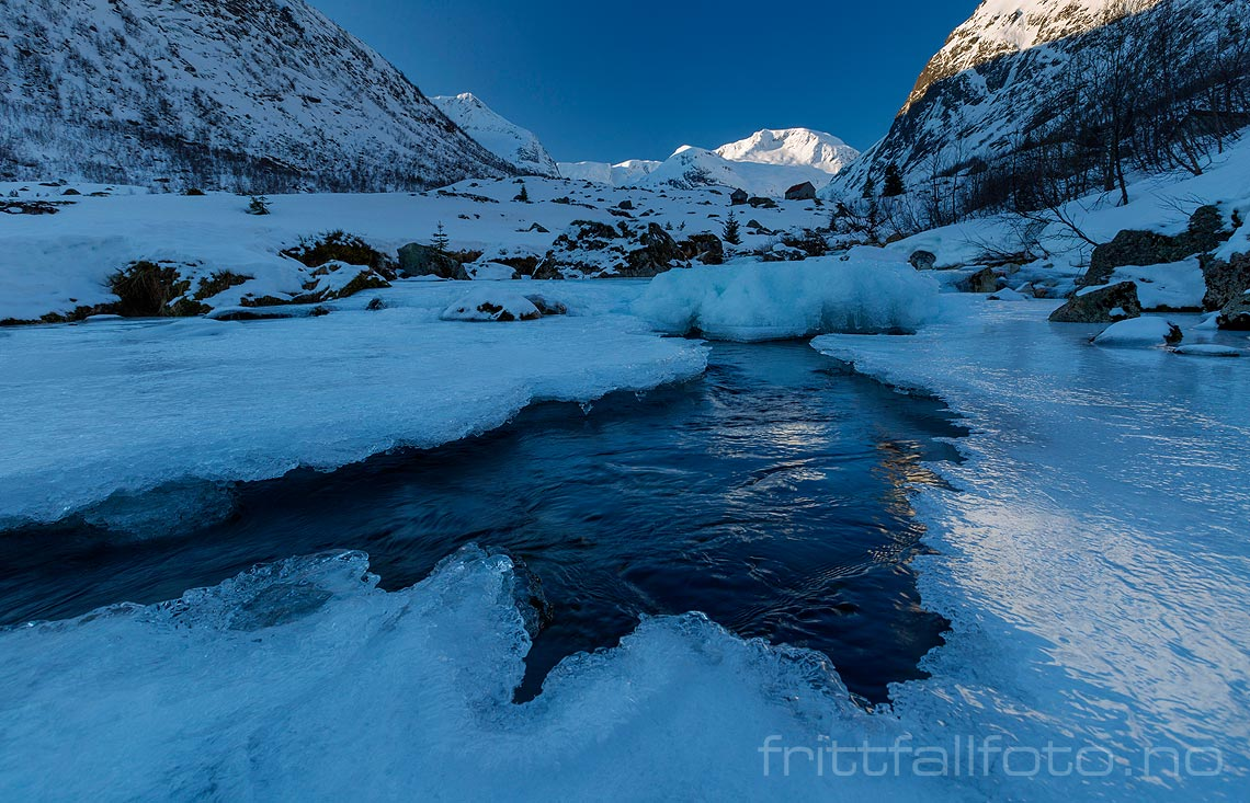 Isen har ikke helt klart å dekke Frudalselvi i Frudalen, Sogndal, Sogn og Fjordane.