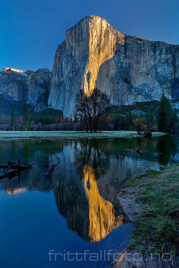 Lyset fra morgensola smyger seg nedover granittveggene på El Capitan ved Yosemite Valley, Sierra Nevada, California, USA.