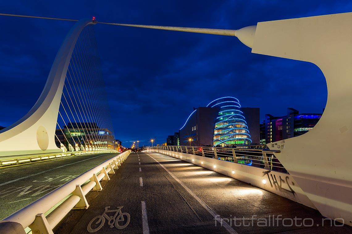 Kveld på Samuel Beckett Bridge over River Liffey i Dublin, Leinster, Irland. The Convention Centre Dublin i bakgrunnen.