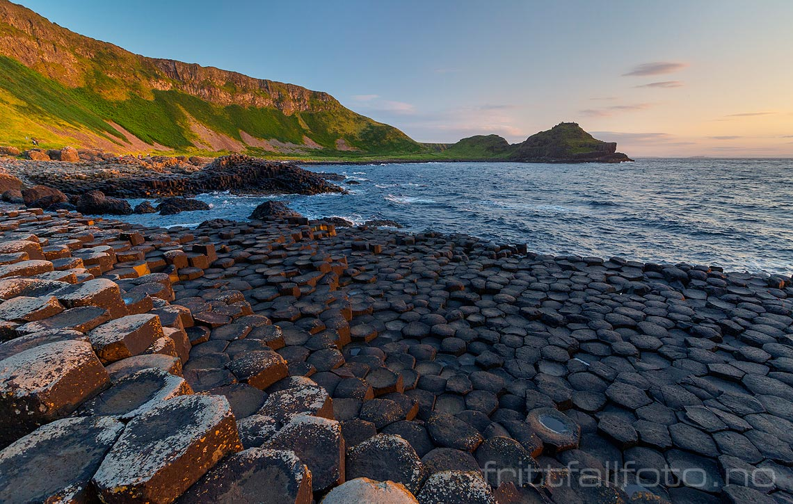 Giant's Causeway er Nord-Irlands største naturattraksjon, og ligger på kysten i County Antrim.<br>Bildenr 20170723-580.