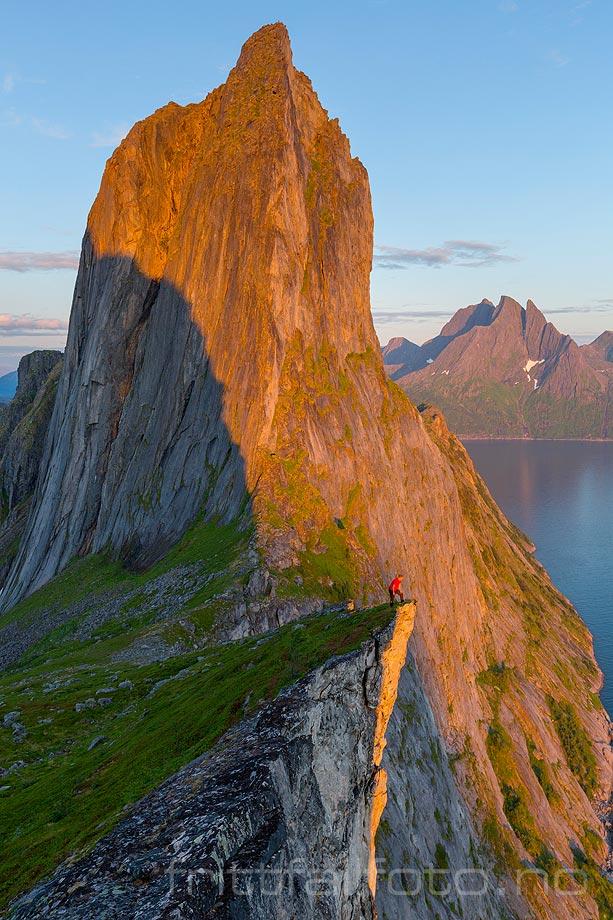 Segla er utvilsomt et av Norges mest spektakulære fjell. Du finner det mellom Mefjorden og Ørnfjorden på Senja, Troms og Finnmark.<br>Bildenr 20170804-400.