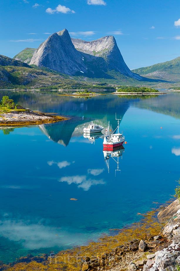 En blikkstille augustdag ved Efjorden i Ballangen kommune, Nordland.