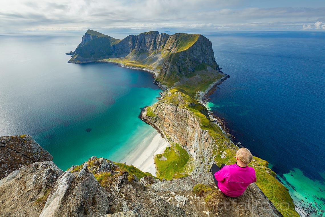 Et av Norges mest spektakulære utsiktspunkter må være Håheia på Værøya, Værøy i Lofoten, Nordland.<br>Bildenr 20170827-321.