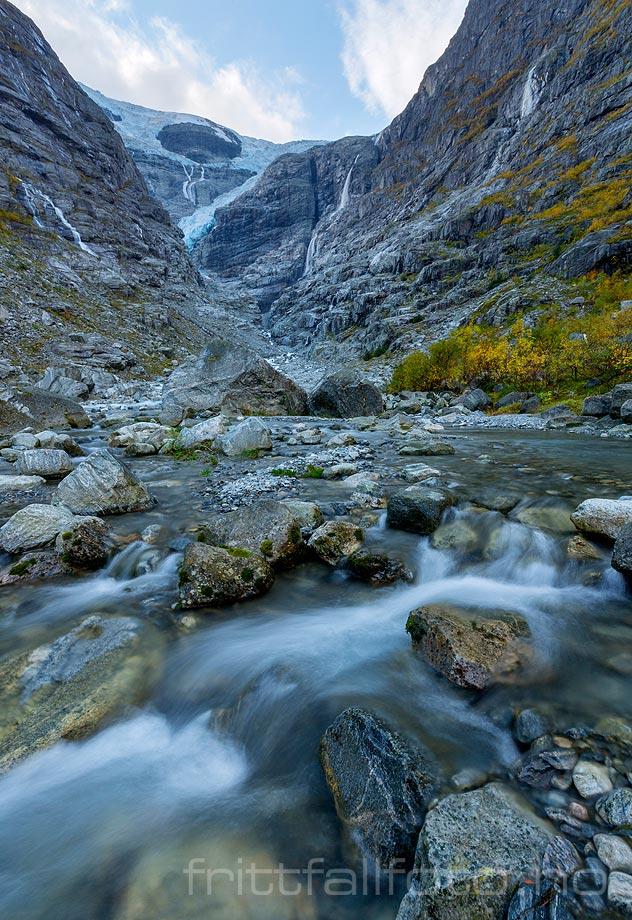 Høsten har kommet til den dype dalen under Kjenndalsbreen nær Loen, Stryn kommune, Sogn og Fjordane.