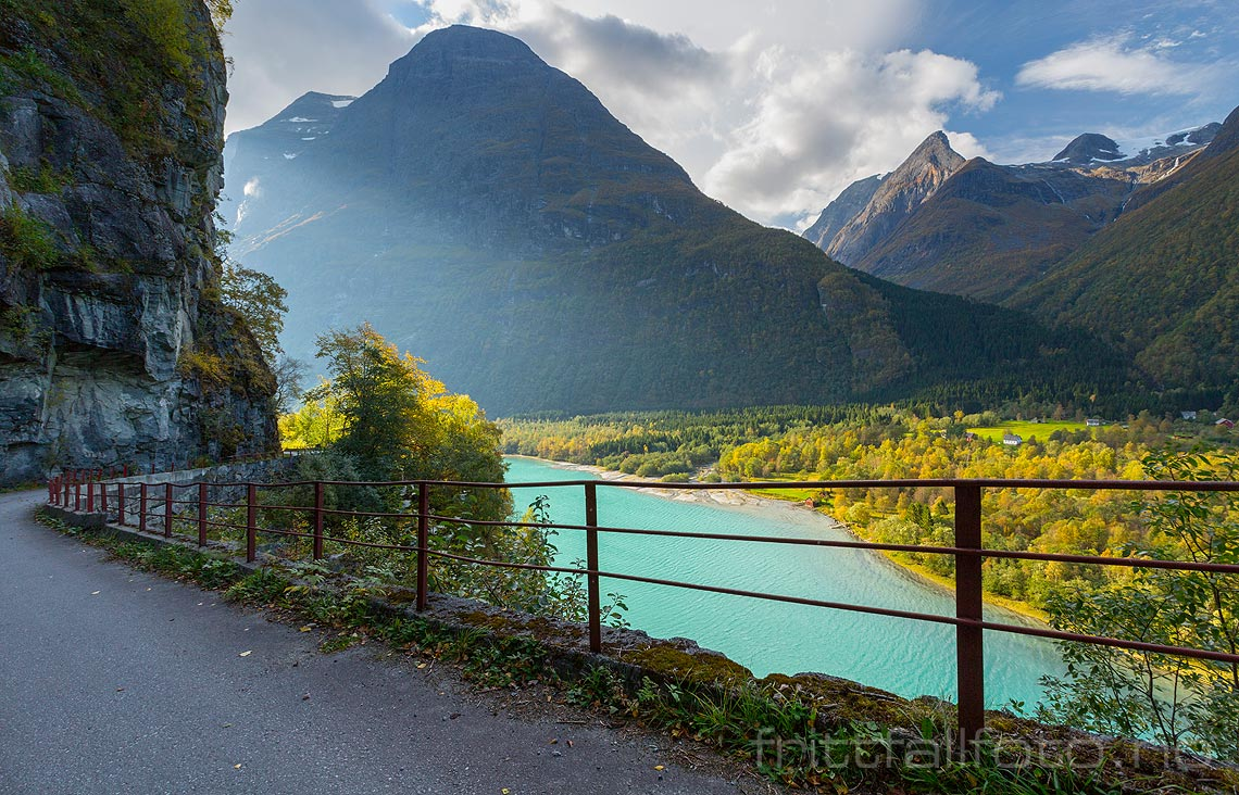 Septemberlys over den lille grenda Nesdal ved Lovatnet nær Loen, Stryn, Sogn og Fjordane.