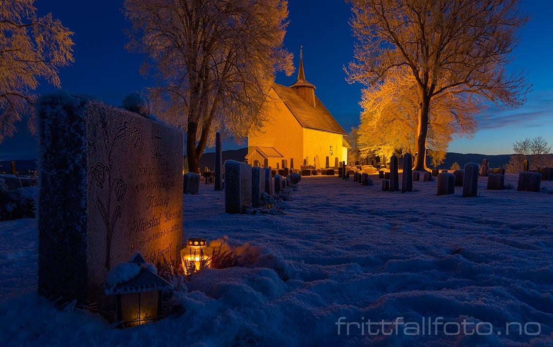Mørketidsstemning ved Bø gamle kyrkje, Bø, Telemark.
