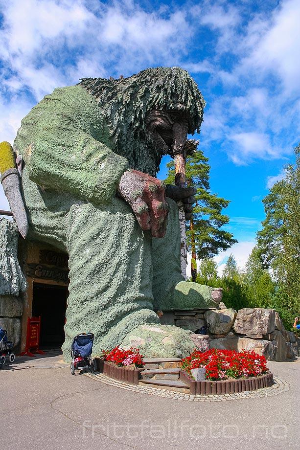 Et stort troll vokter Eventyrgrotta ved Hunderfossen Familiepark i Gudbrandsdalen, Øyer, Innlandet.<br>Bildenr 20050726-010.
