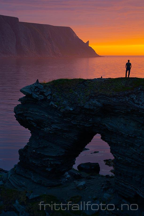 Midnatt ved Kirkeporten nær Skarsvåg på Magerøya, Nordkapp, Finnmark.