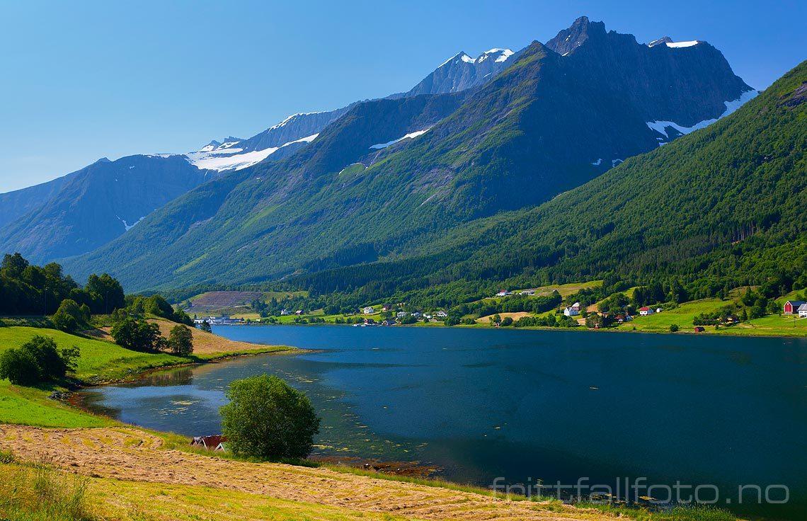 Trollkyrkjetindane ruver over Sykkylvsfjorden, Sykkylven kommune, Møre og Romsdal.