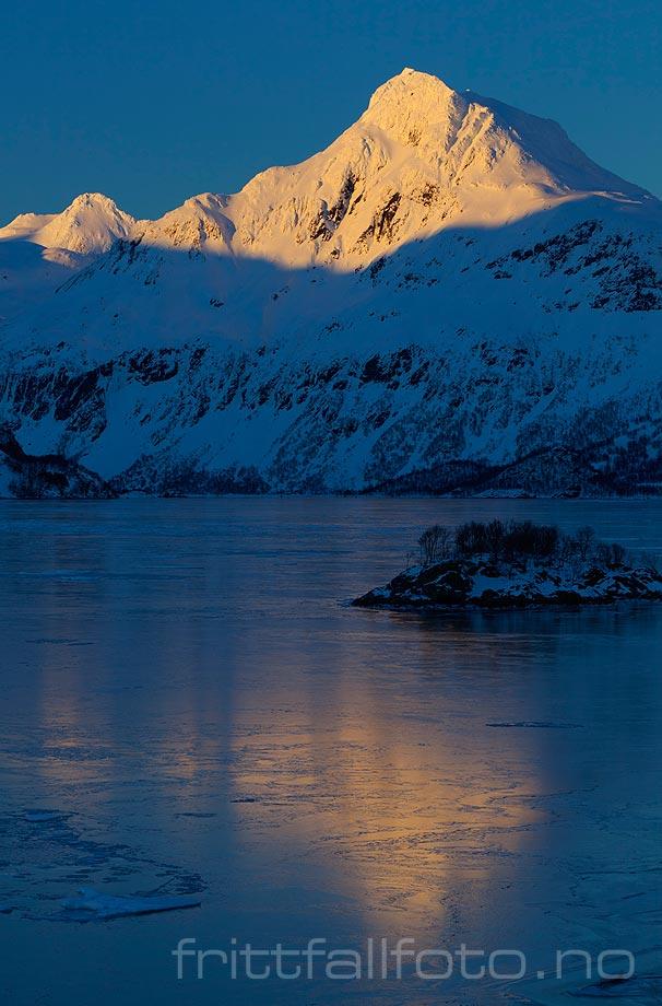 Vestpolltinden lyser innerst i Øksfjorden på Hinnøya, Lødingen, Nordland.<br>Bildenr 20110312-059.