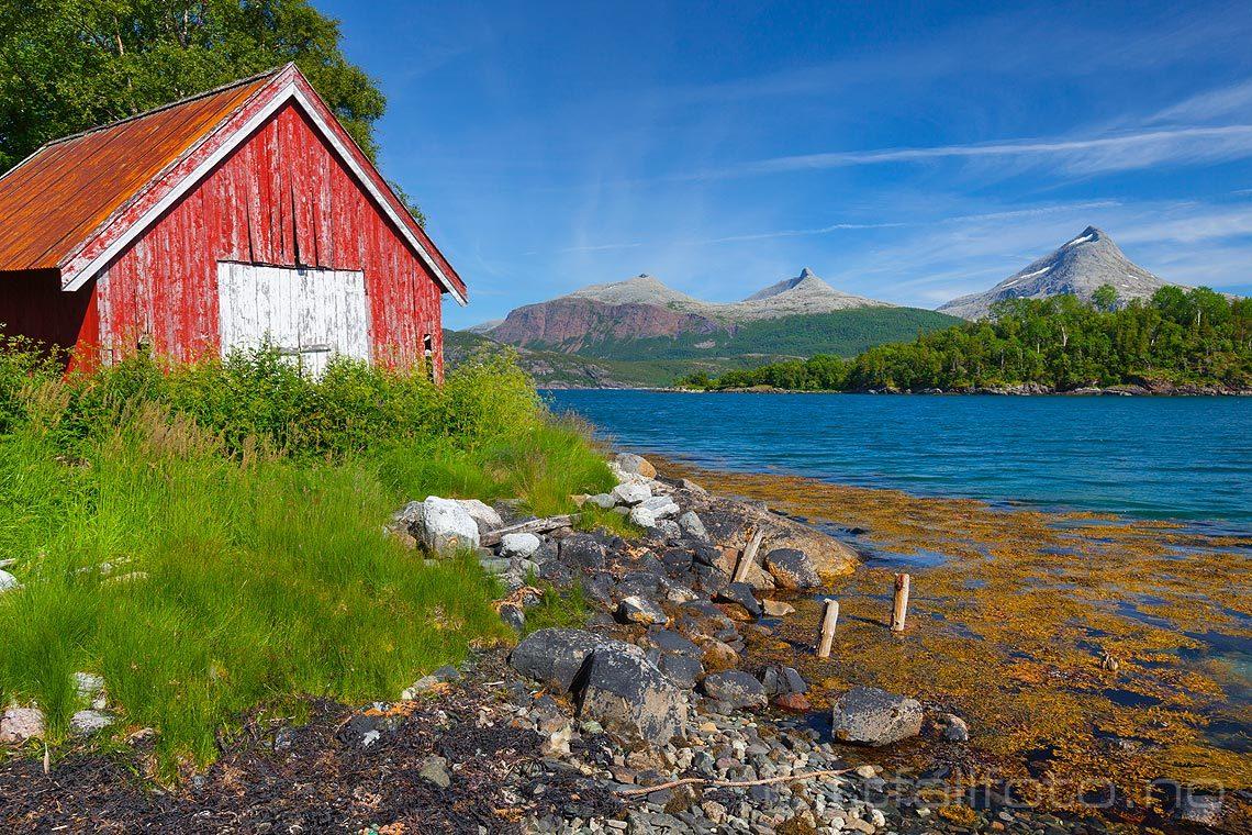 Gammelt naust nær Petterberget ved Valen, Bindal, Nordland.<br>Bildenr 20120709-250.