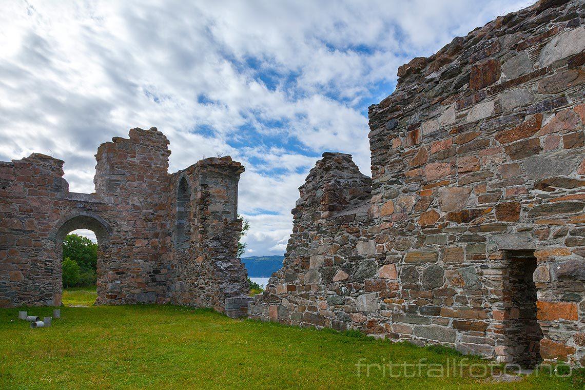 Ved ruinen av Tautra kloster på Tautra i Trondheimsfjorden, Frosta, Trøndelag.<br>Bildenr 20120713-346.