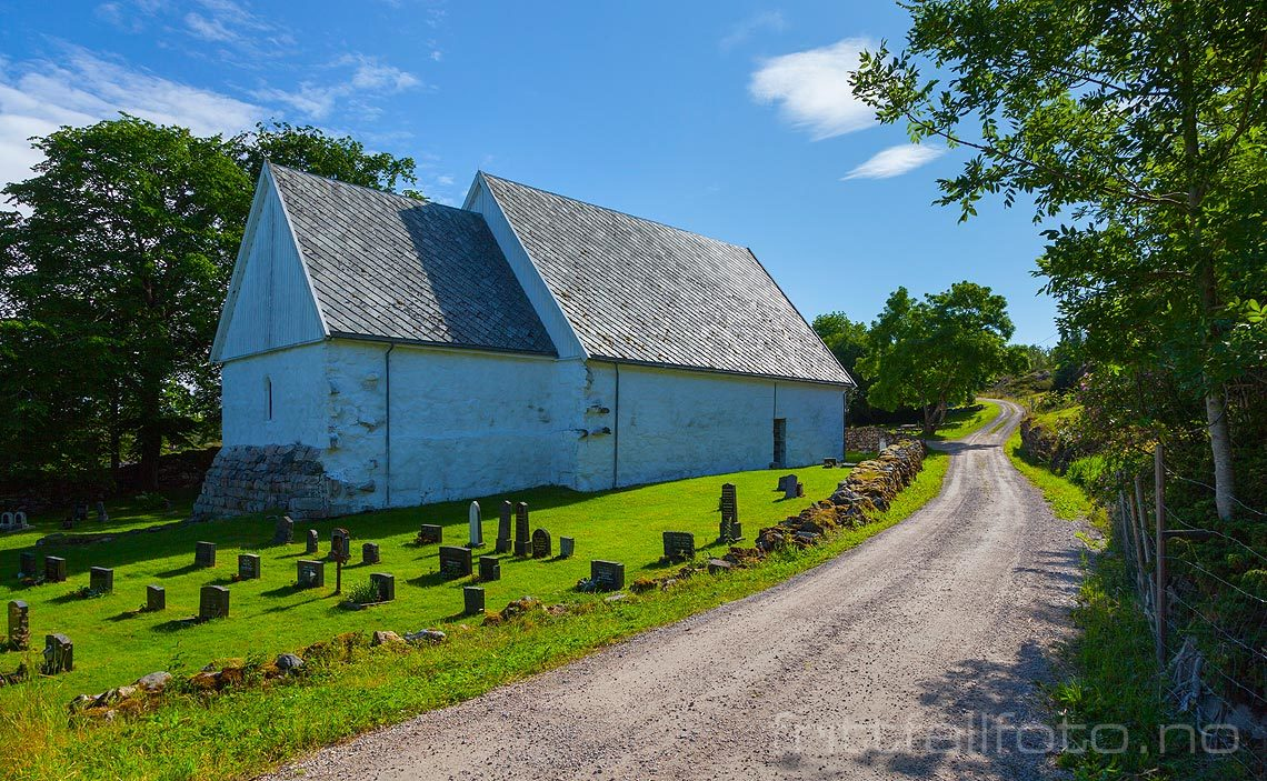 Dolm kirke på Dolmøya, Hitra, Trøndelag.<br>Bildenr 20120714-407.