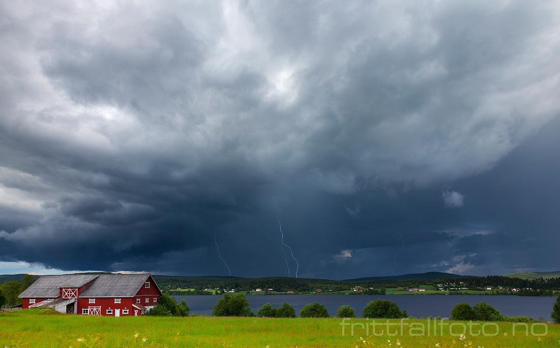 Lynet blinker under tordenskyene over Råsen, Nord-Odal, Innlandet.<br>Bildenr 20120715-218.