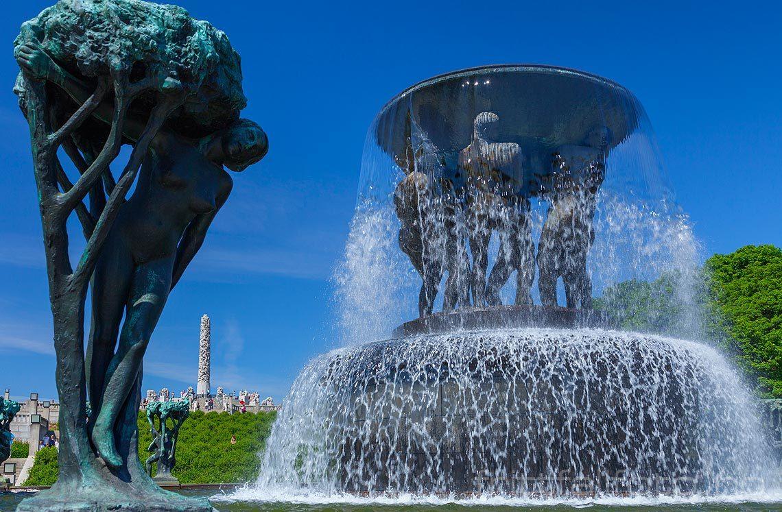 Fontene i Vigelandsparken, Oslo. Monolitten i bakgrunnen.<br>Bildenr 20140601-193.