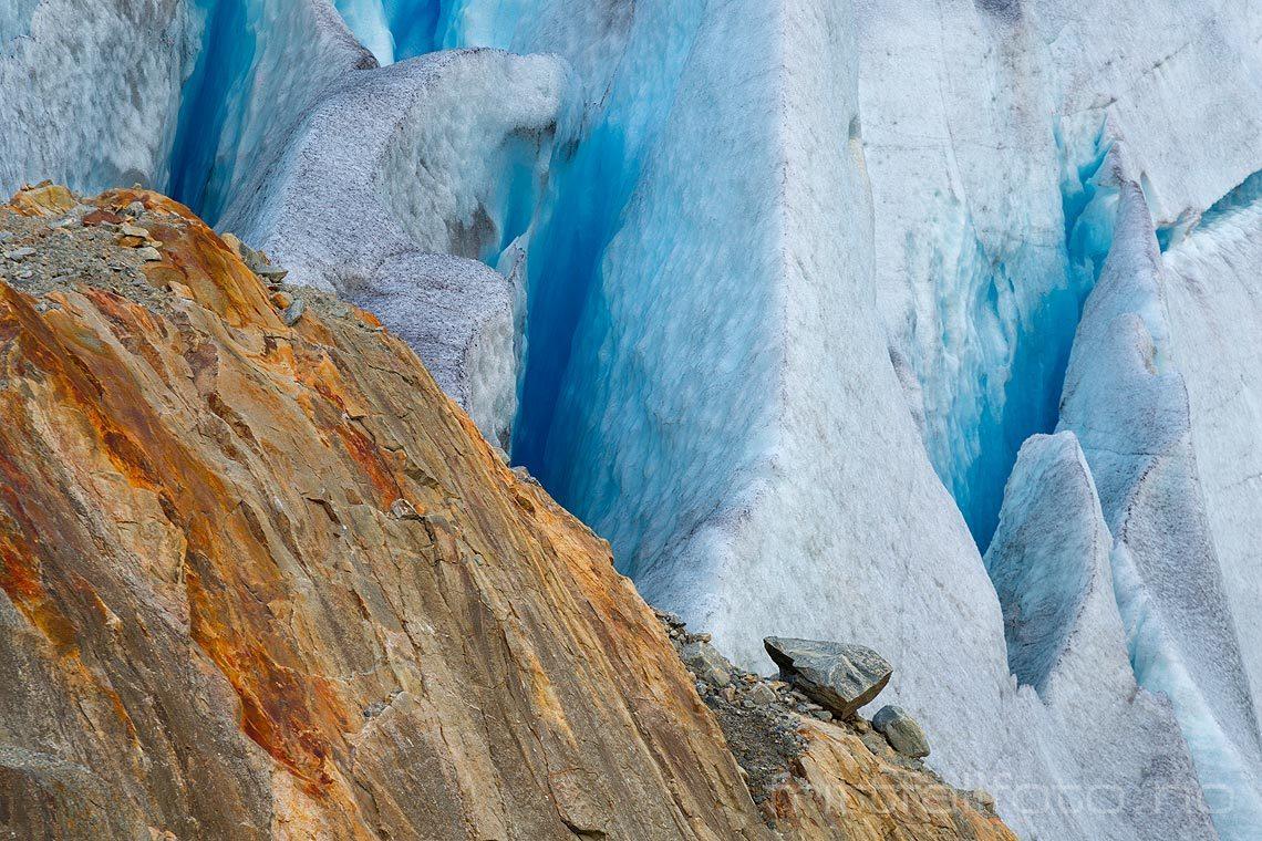 Is og fargerik berggrunn ved Svelgabreen på Folgefonna, Etne, Vestland.<br>Bildenr 20140913-292.