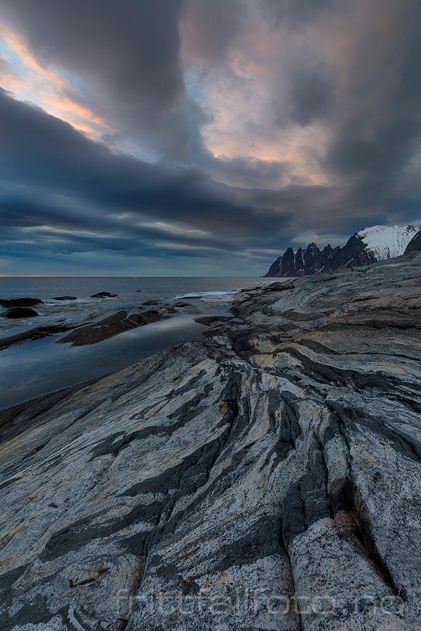 Spennende berggrunn ved Tungeneset nær Steinfjorden, Senja, Troms og Finnmark.<br>Bildenr 20150414-490.