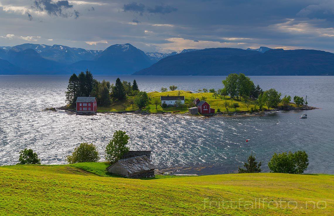 En vindfull høstdag nær Omastranda ved Hardangerfjorden, Kvam, Vestland.<br>Bildenr 20150912-312.
