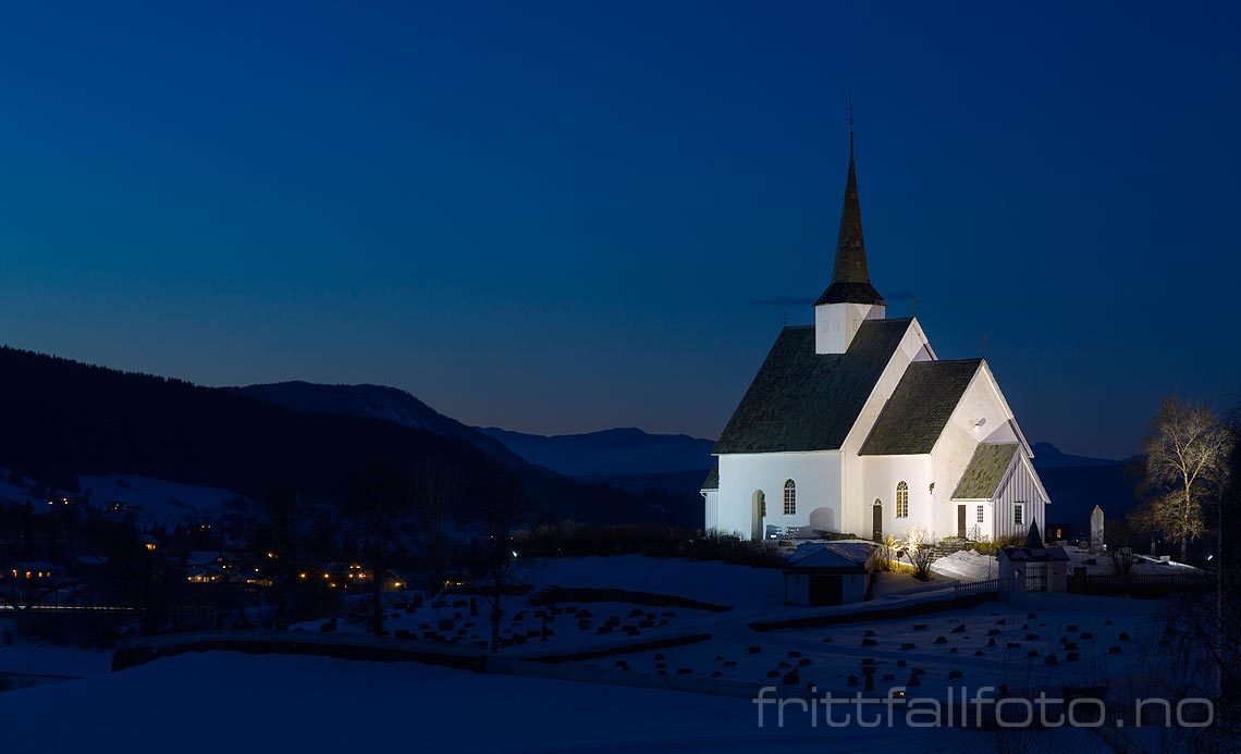 Kveld ved Ulnes kirke nær Strondafjorden, Nord-Aurdal kommune, Oppland.