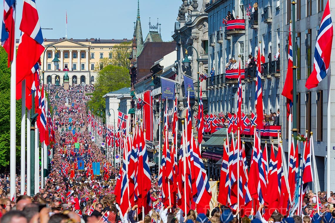 17. mai-feiring ved Karl Johans gate i Oslo. Det Kongelige Slott i bakgrunnen.<br>Bildenr 20160517-162.