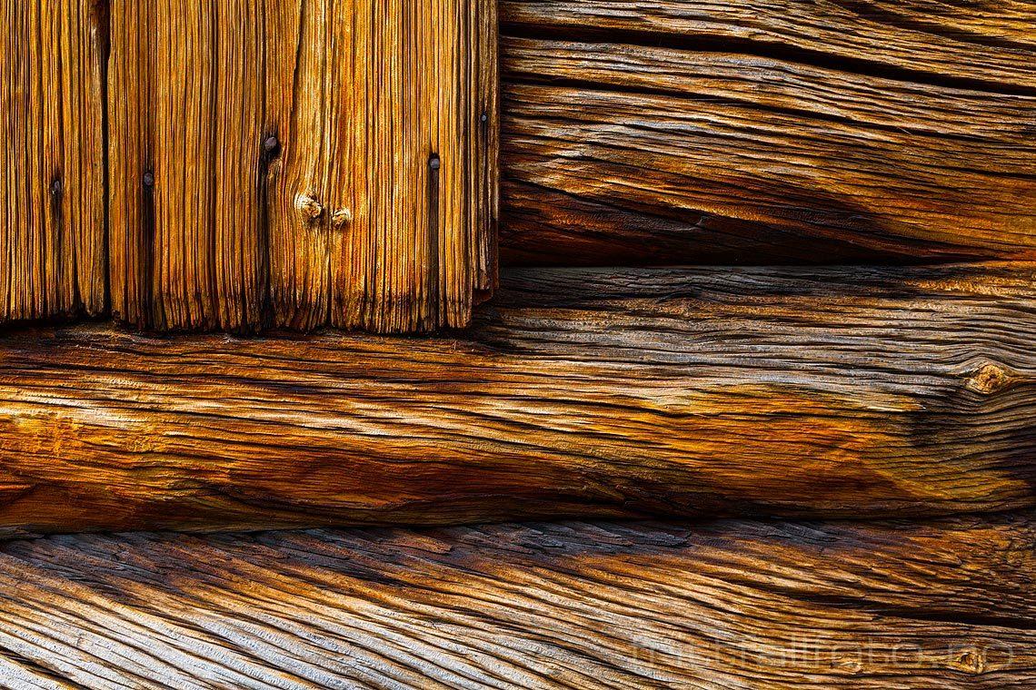 Strukturer i gammelt treverk ved Lands museum på Dokka, Nordre Land kommune, Oppland.