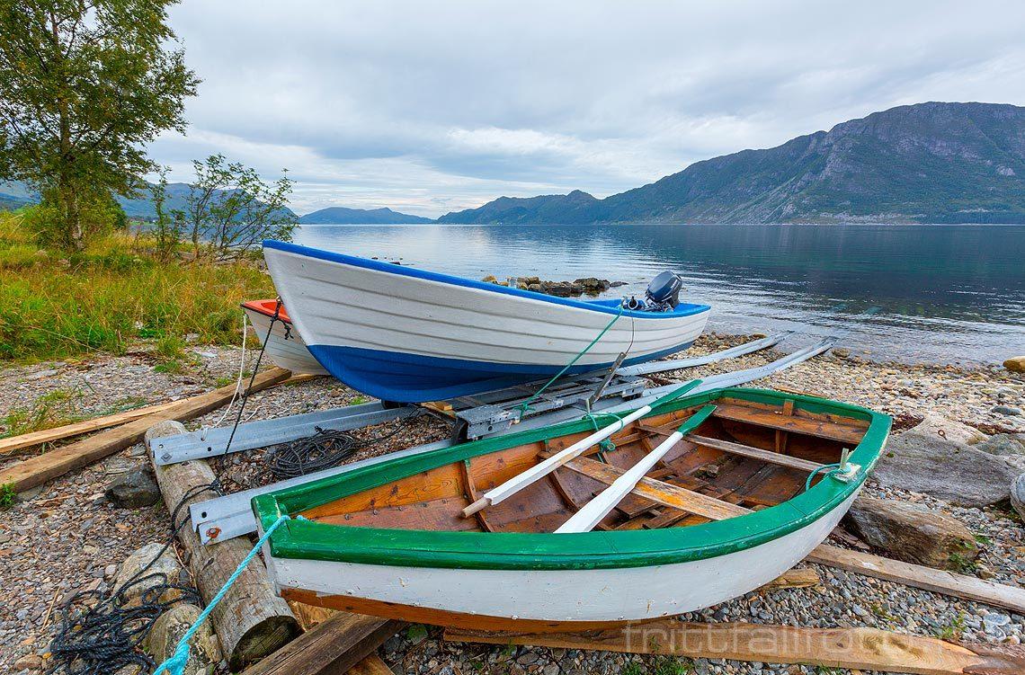 Båter ved Sundnes i Rovdefjorden, Vanylven kommune, Møre og Romsdal.
