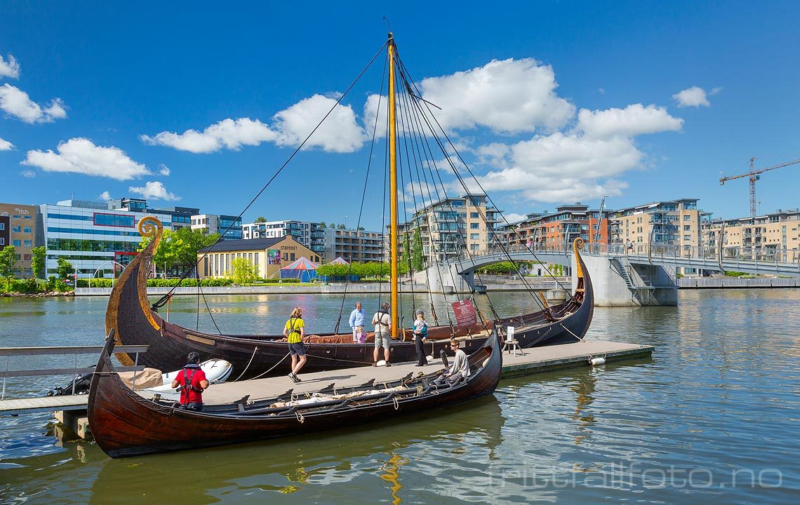 Kopi av vikingskip ved Kanalen i Tønsberg, Tønsberg kommune, Vestfold.